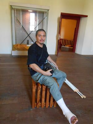 bolehkah anda bayangkan bagaimana saya mahu naik dengan keadaan kaki cedera retak tulang itu saya malah meloncat sebelah kaki dari anak tangga ke anak