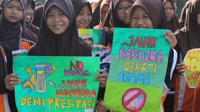 para pelajar melakukan aksi demonstrasi gerakan stop narkoba dengan memampang poster poster yang bertemakan bahaya penyalahgunakan narkoba sekaligus
