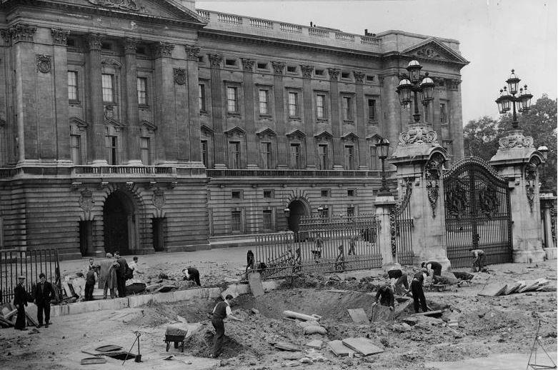 1 8m di keliling bom letupan itu memusnahkan sebahagian besar pagar perkarangan sekitar pintu gerbang selatan dan meninggalkan kawah sebesar 30inci x