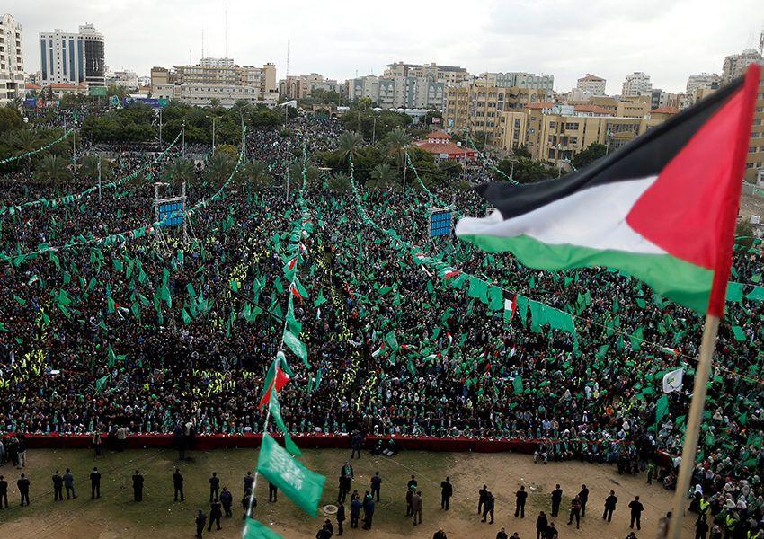 sebuah bendera palestina berkibar saat pendukung hamas mengambil bagian dalam sebuah demonstrasi yang memperingati 30 tahun berdirinya hamas di kota gaza 14 desember 2017 850x600 jpg