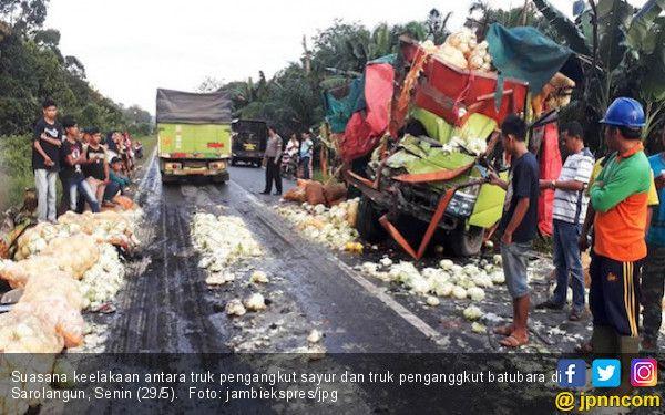 mobil pengakut sayur vs truk batubara sopir tewas terjepit jpnn com